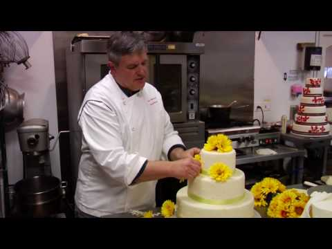 Wedding cakes : how to put silk flowers on wedding cake